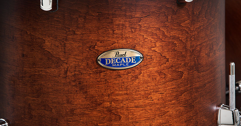 Pearl Decade Maple badge in gold and blue, oblong round shape, surrounded with real lacquer finish on floor tom shell